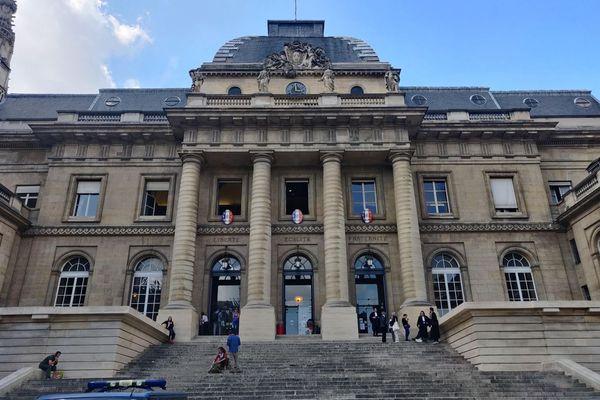 Le procès des attentats du 13-Novembre prend place au cœur du palais de justice historique de Paris, situé sur l'île de la Cité.