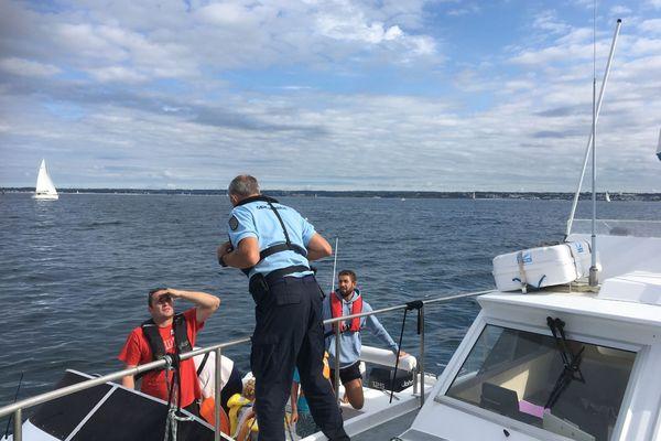 Les gendarmes positionnés à la sortie de la baie de La Forêt-Fouesnant, dans le Finistère, ont contrôlé une trentaine de bateaux ce 15 août