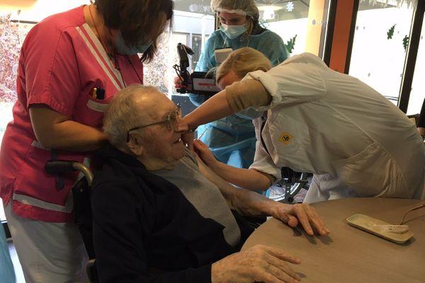Vaccination ce jeudi 7 janvier à l'EHPAD Mas Rome à Limoges qui comprend quatre unités de soins Alzheimer