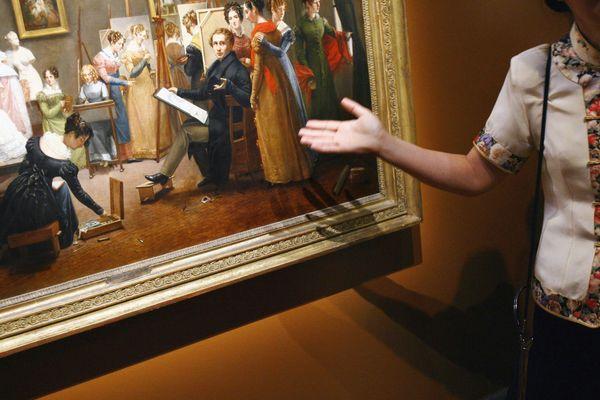 Une guide devant une toile du musée Girodet, à Montargis.