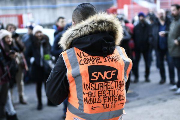 Un gréviste avec un gilet SNCF - Photo d'illustration