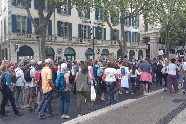 """Entre 3000 et 4000 manifestants ce samedi à Nîmes, dont certains chantent """"Macron en prison""""."""