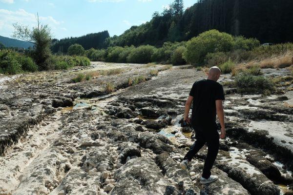 Le Doubs est asséché, à cause des fortes chaleurs.