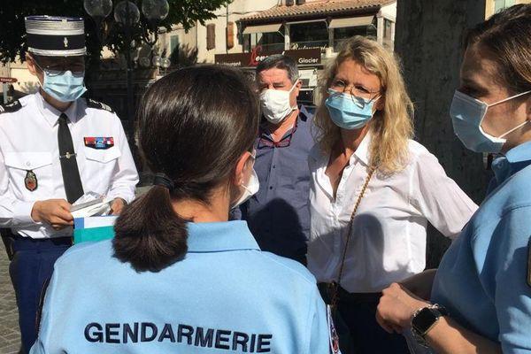 """Alexandra Lamy est venue """"parrainer"""" cette opération d'information contre les violences conjugales en distribuant à Anduze dans les premières pharmacies le kit et sac avec numéros d'urgence à distribuer aux clients."""