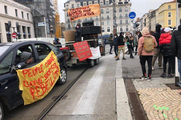 Des manifestants se sont rassemblés place de Jaude à Clermont-Ferrand et ont défilé en musique malgré un arrêté préfectoral interdisant la diffusion de musique amplifiée.