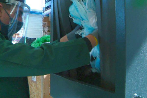 Pour être recyclés, les masques doivent subir plusieurs opérations, dont le broyage des plastiques