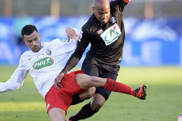 Briand taclé par Tlili lors de ce quart de finale opposant Fréjus à Guingamp.