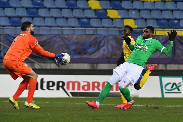 Coupe de France, 32éme de finale au sytade Bonal entre FC Sochaux (Ligue 2) et l'ASSE (Ligue 1) : le Stéphanois Modeste Anthony rate le but face au gardien sochalien Jeannin.