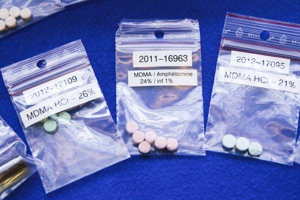 A Paris, le 1er mars 2013. Présentation des differents des saisie de douanes, des sachets de MDMA sont étalés sur une table
