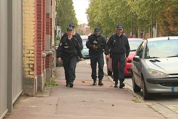 """Une patrouille pédestre de la """"B2R"""", dans le quartier de l'Alma, à Roubaix, vendredi matin."""