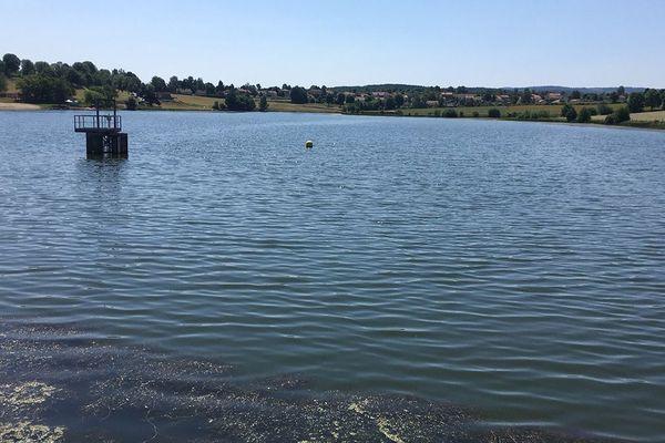 Le lac de Naussac pollué par les cyanobactéries.