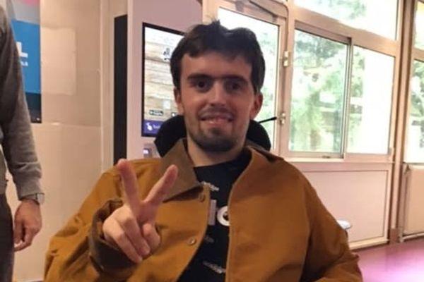 Jérémy, gravement blessé après une agression gratuite en décembre 2019 à Lyon. Le jeune homme aujourd'hui âgé de 22 ans affiche une volonté à toute épreuve.