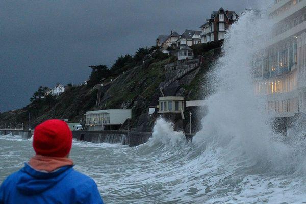 Jour de tempête à Granville, plage du Plat-Gousset...