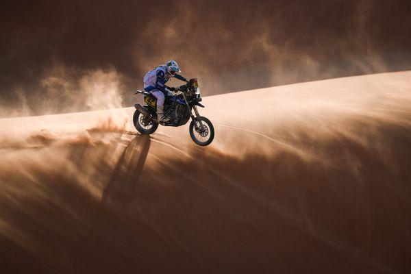 Adrien Van Beveren sur les dunes saoudiennes.