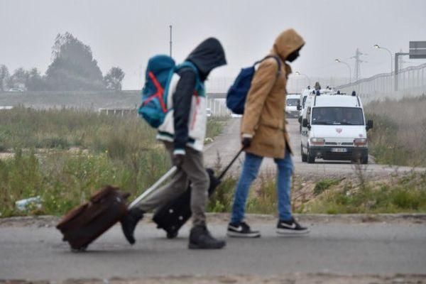 Lundi, des migrants quittent le campement.