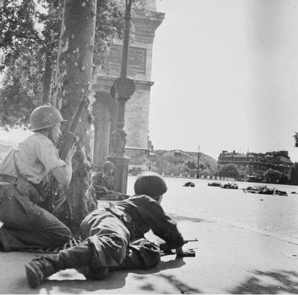 A deux pas de l'Arc de Triomphe, deux soldats français tirent sur des snipers allemands et des miliciens pro-occupation.