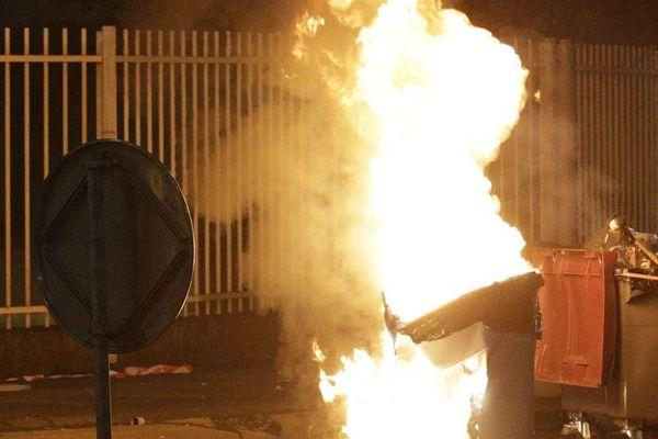Un feu de poubelle (image d'illustration)