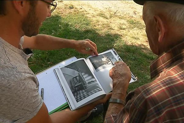 """Nicolas Teindas et Georges Lestrade parcourent les pages du livre """"Paroles du Causse""""."""