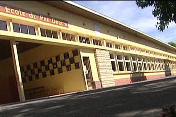 La cour de l'école de Bonneville-la-Louvet (Calvados)