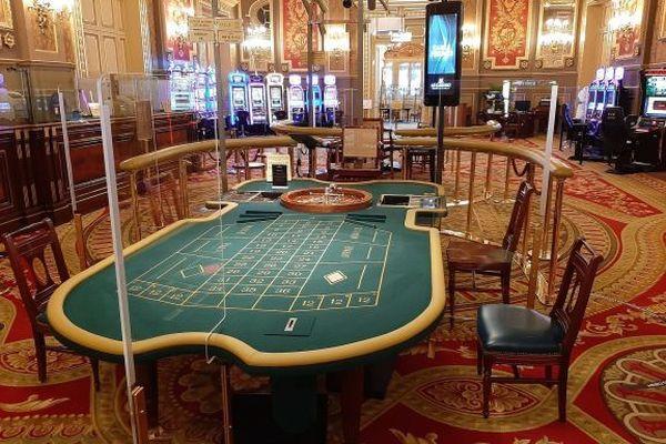 A Monaco, les tables de jeux ont été équipées pour accueillir les clients et respecter les gestes barrières.