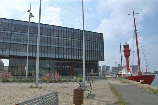 """Le Havre : l''immeuble de Sciences Po avec à droite: le bateau-phare """"Le Havre"""" - Archives"""