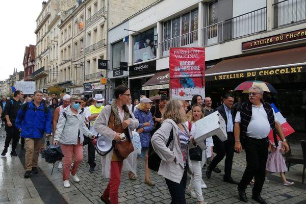 Près de 2000 personnes, selon la préfecture du Calvados, se sont réunies à Caen contre l'extension du pass sanitaire.