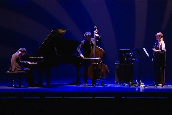 Sur la scène du Théâtre Graslin les musiciens ont célébré l'arrivée du Jazz à Nantes il y 100 ans.