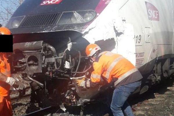 Les techniciens en intervention après l'accident à un passage à niveau à Saint-Jean-de-Soudain.