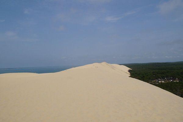 La dune du Pilat souffre de son succès : deux millions de visiteurs par an mais un écosystème fragile.