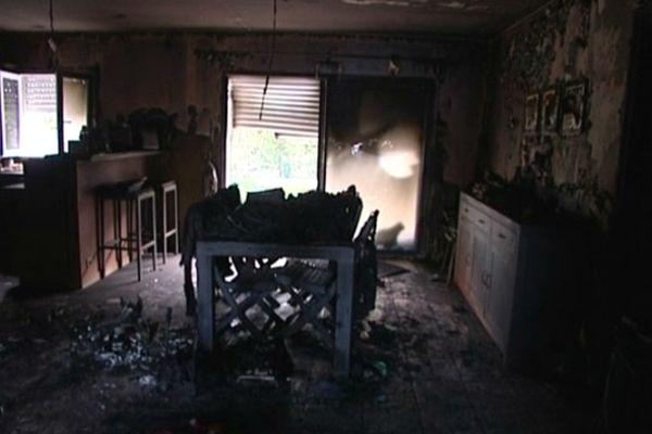 Les décombres de la maison brûlée ce matin à Virson (17)