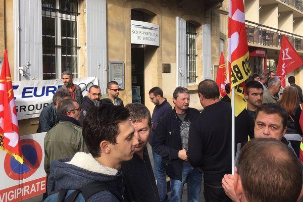 Les employés de la poudrerie Eurenco manifestaient ce 29 octobre devant la sous-préfecture de Bergerac pour obtenir des assurances sur leur avenir professionnel