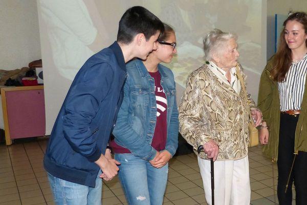Yvette Lundy en pleine discussion avec des jeunes élèves dans le collège d'Aÿ qui porte son nom.