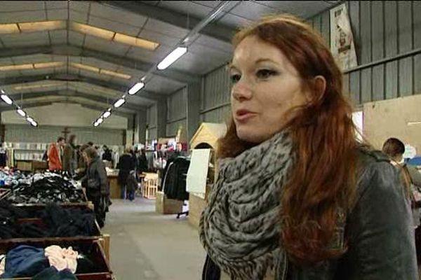 Christelle Morvan collecte des vêtements pour les réfugiés de Calais à Emmaüs. Février 2016