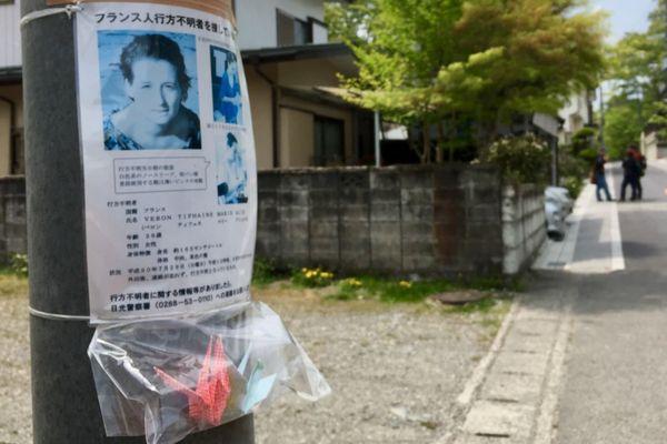 Des avis de recherche pour retrouver Tiphaine Véron sont placardés dans les rues de Nikko au Japon.