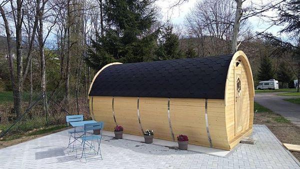 Le tonneau est destiné à un couple. Il se compose d'un grand lit et d'une petite pièce salon cosy.