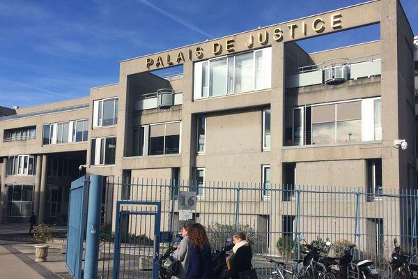 Le procès des militants du Bastion Social poursuivis pour violences aggravées en réunion reporté au 19 octobre devant le tribunal correctionnel de Clermont-Ferrand.