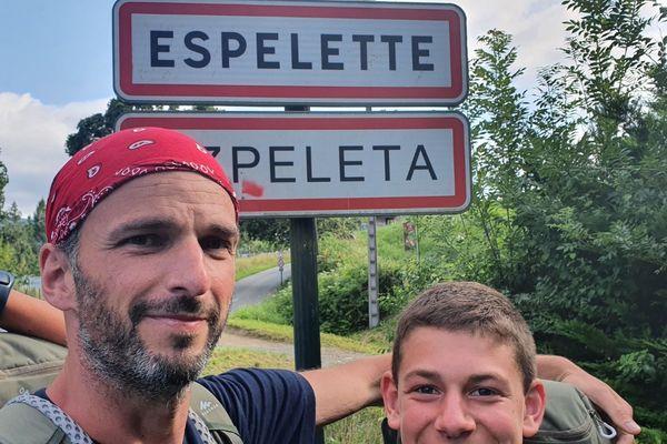 Tom et Nicolas à leur arrivée à Espelette, la fin de leur voyage.