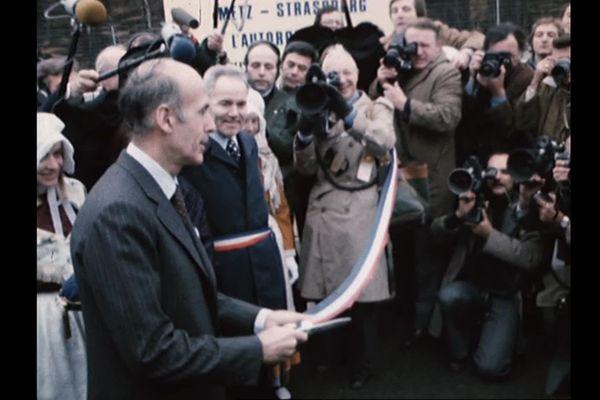 Le président Valéry Giscard d'Estaing inaugure le tronçon Metz-Strasbourg de l'autoroute A4 (alors A34) le 26 novembre 1976.