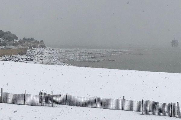 La plage des Minimes, recouverte d'un blanc manteau en cette veille de printemps.