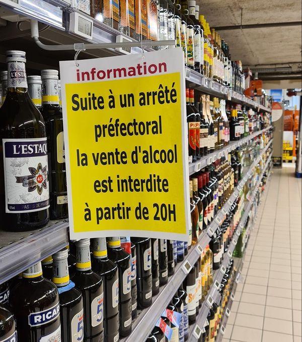 Certains supermarchés ont affiché un panneau pour expliquer cette interdiction.