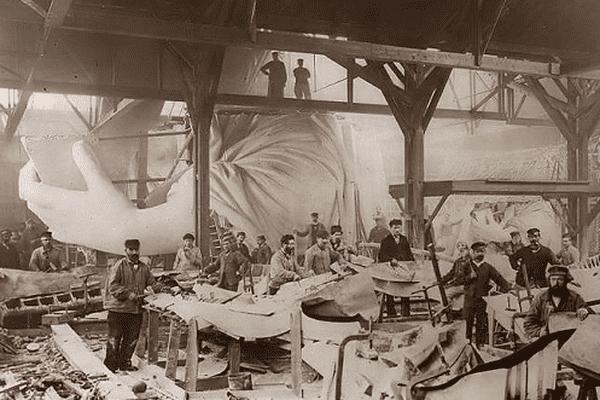 La statue de la liberté en construction dans ses ateliers parisiens.