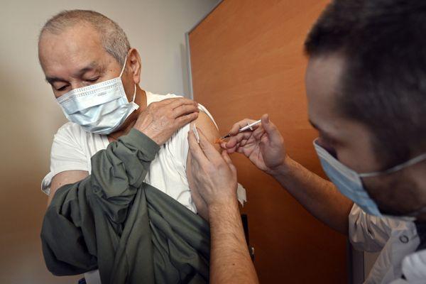A partir de lundi prochain 18 janvier, toutes les personnes de plus de 75 ans qui le souhaitent pourront réserver un rendez-vous pour se faire vacciner.