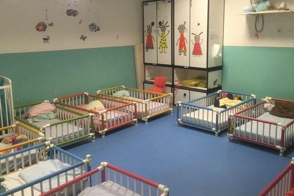 10 enfants vivent en permanence dans cette pouponnière, soit 4 de plus que prévu.