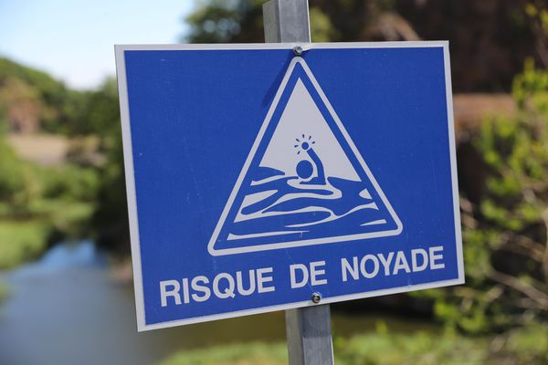 """Un panneau """"risque de noyade"""" au bord d'un lac - Photo d'illustration"""