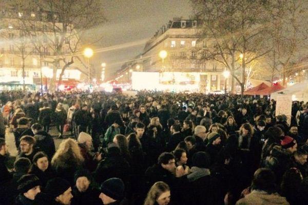 """L'opération """"Nuit Debout"""", place de la République, à Paris, dans la nuit de jeudi à vendredi."""