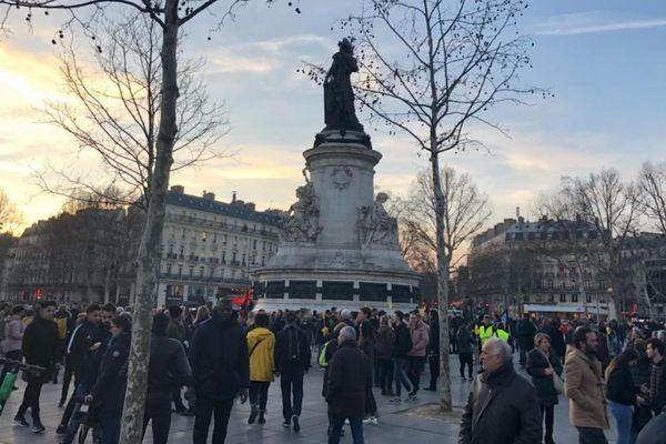 Une vingtaine de partis politiques et plusieurs associations ont appelé à un rassemblement ce soir à 19 heures place de la République à Paris.