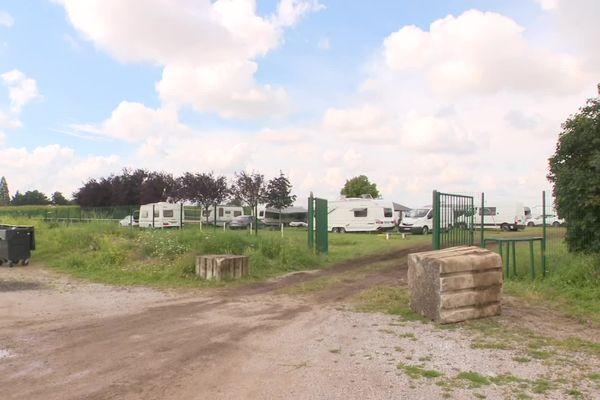 Contraints de quitter l'aire de Compiègne, les gens du voyage se sont installés sur le terrain de foot de la commune d'Arsy.