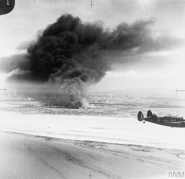 Un Lockheed Hudson de la Royal Air Force survolant Dunkerque le 3 juin 1940.