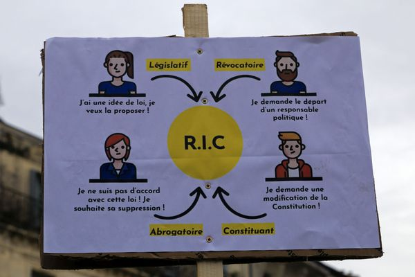 Les gilets jaunes  réclament le référendum d'initiative citoyenne