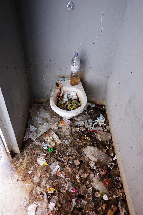Les toilettes d'une cour de promenade à la prison de Seysses